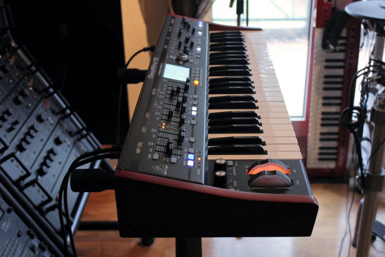 Test du synthétiseur analogique polyphonique à clavier Behringer