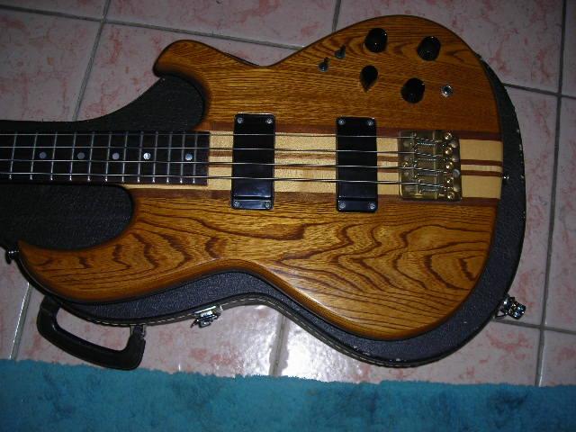 Qui joue fretless dans le coin ? Aria-guitars-sb-900-32721