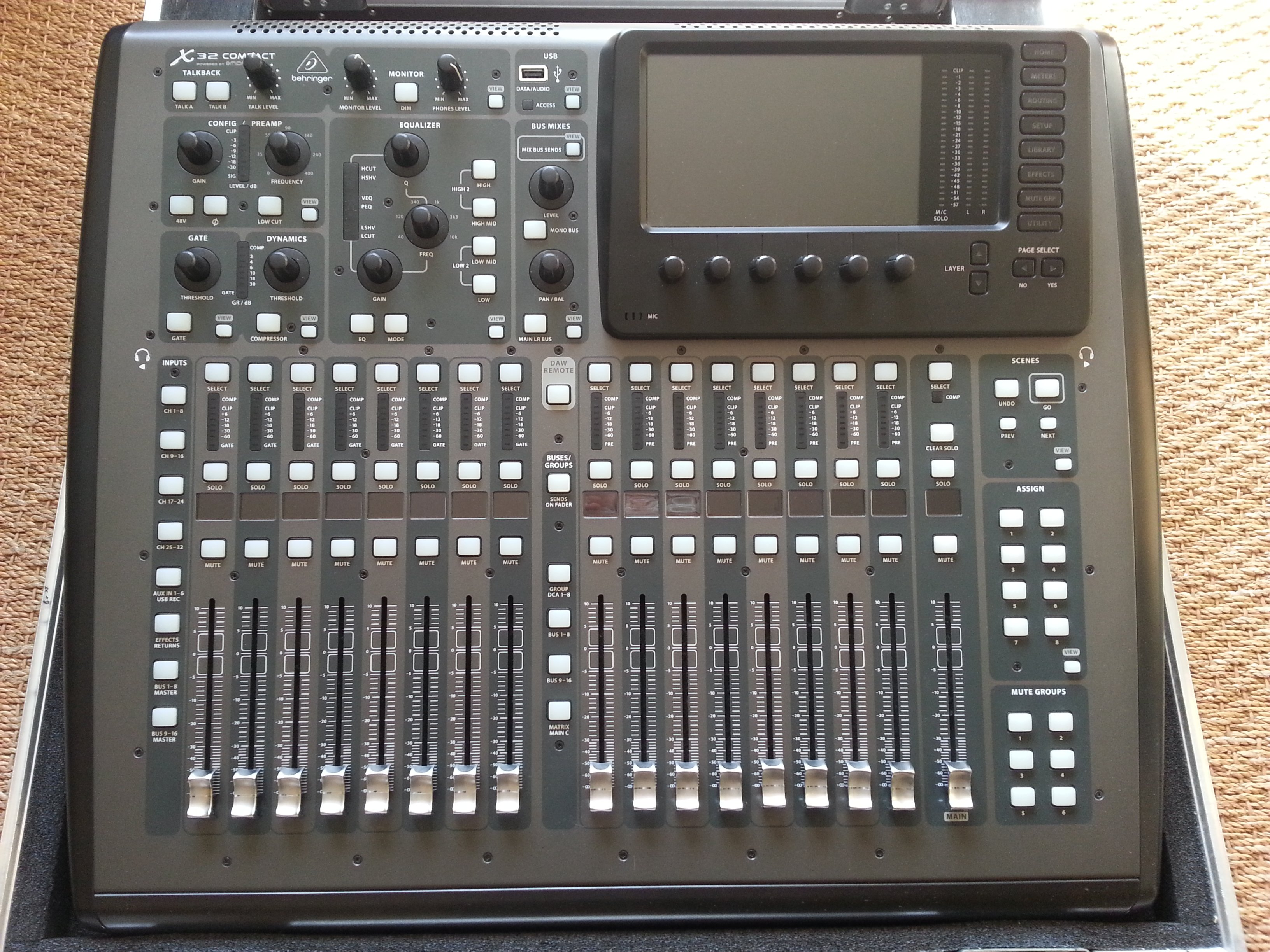 Photo behringer x32 compact table behringer x32 compact 01 1538124 audiofanzine - Console numerique behringer ...