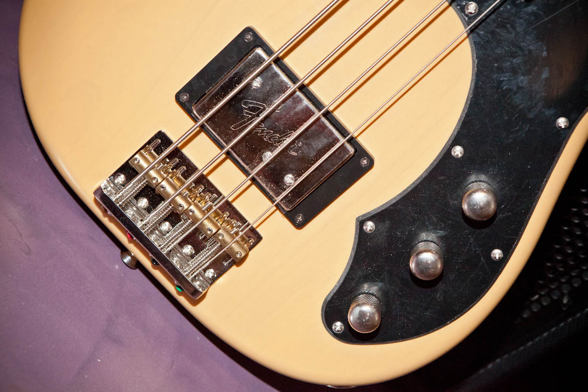 http://medias.audiofanzine.com/images/normal/fender-modern-player-series-telecaster-bass-butterscotch-blonde-maple-313211.jpg