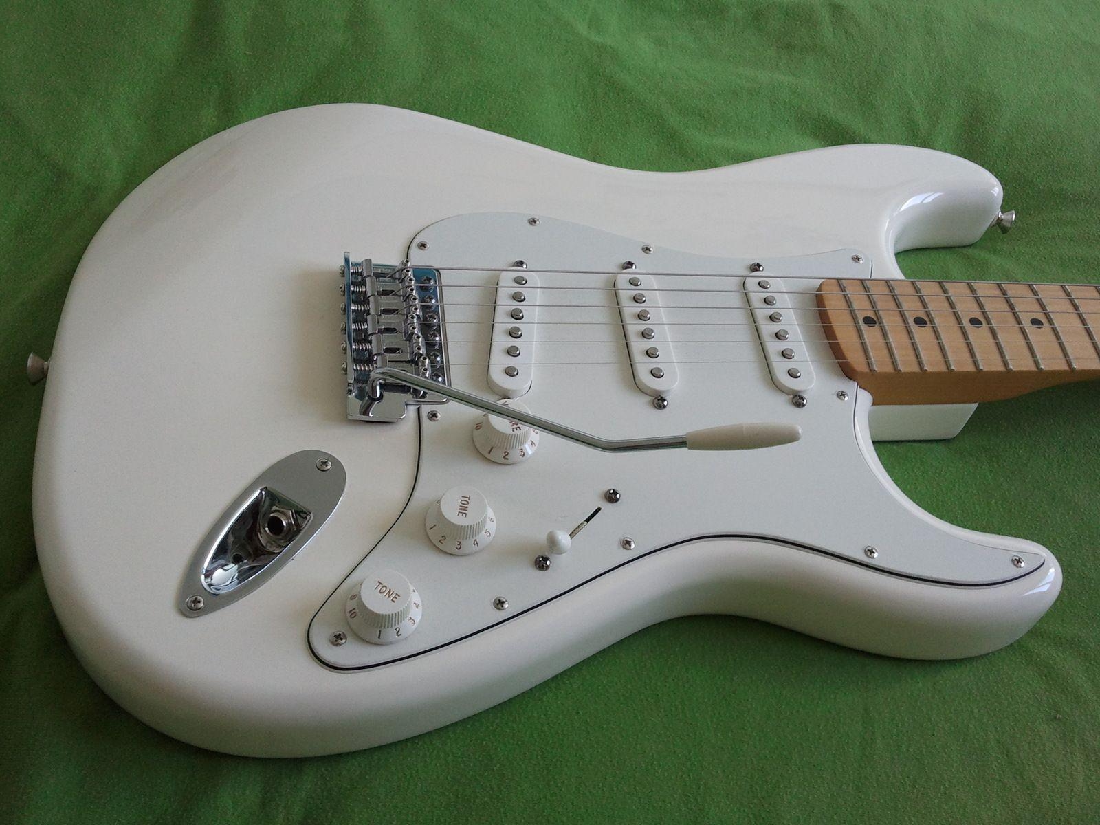 fender-standard-stratocaster-arctic-white-maple-205761.jpg