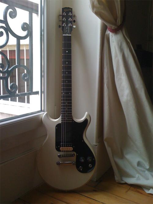gibson joan jett signature melody maker worn white image 78142 audiofanzine. Black Bedroom Furniture Sets. Home Design Ideas