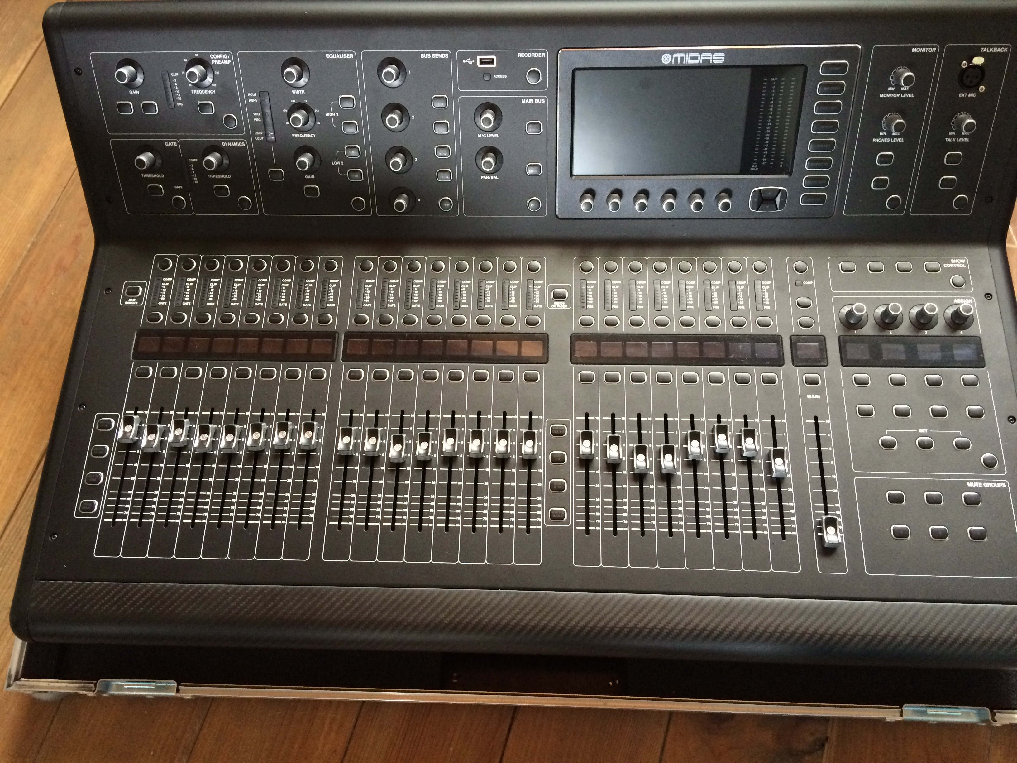 Midas M32 Digital Mix Console Review - Sweetwater Sound - YouTube