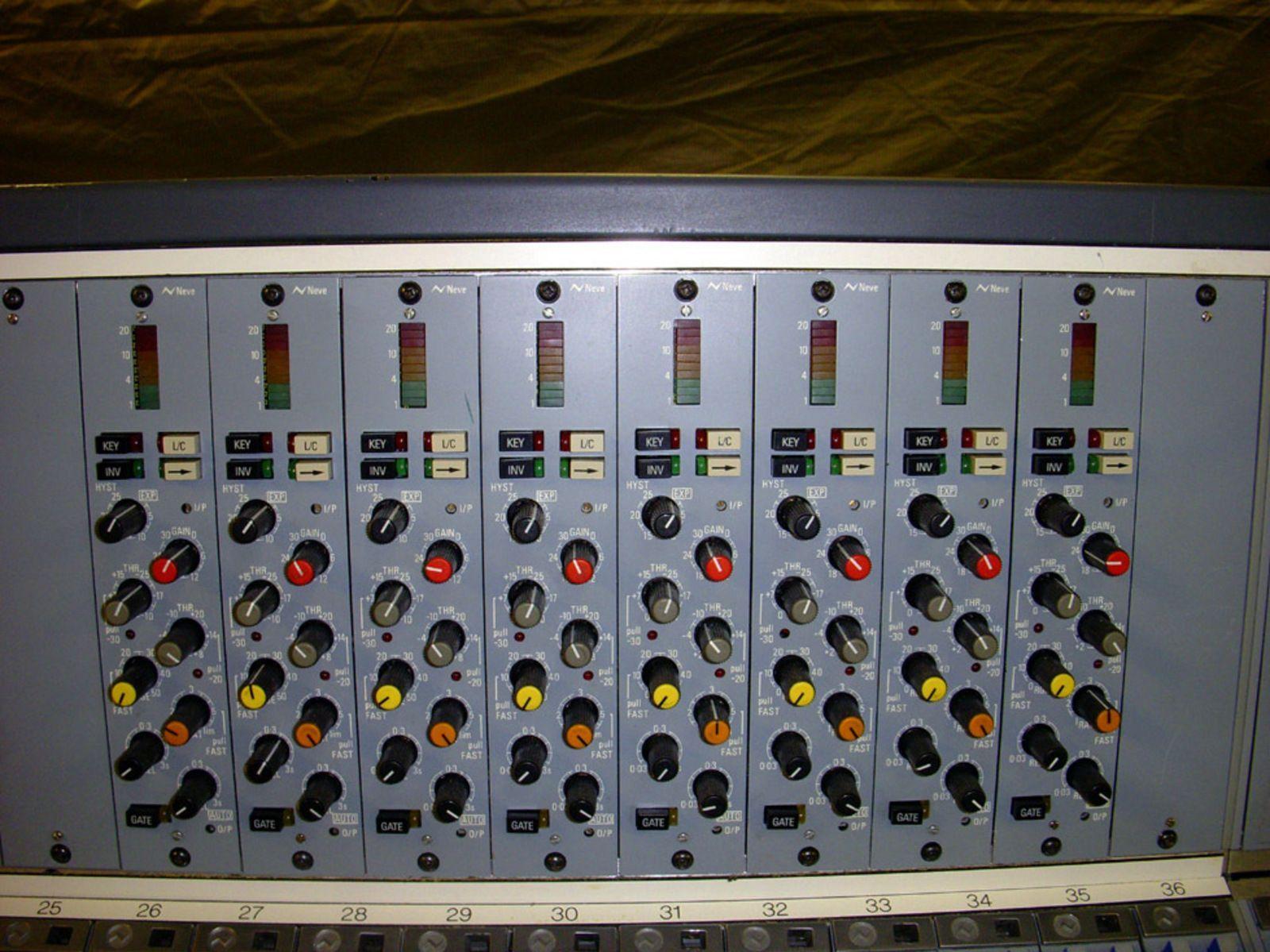 Photo neve v66 console neve v66 console 7829 7829 - Table de mixage en ligne gratuit ...