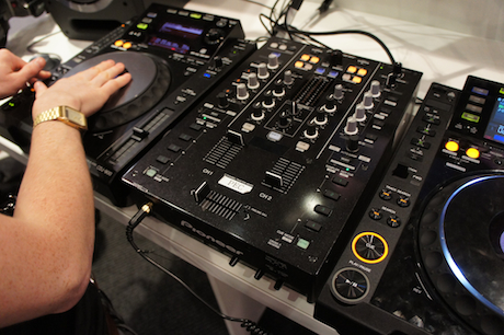 Pioneer djm t1 review pioneer wins traction audiofanzine - Table de mixage pioneer djm 5000 ...