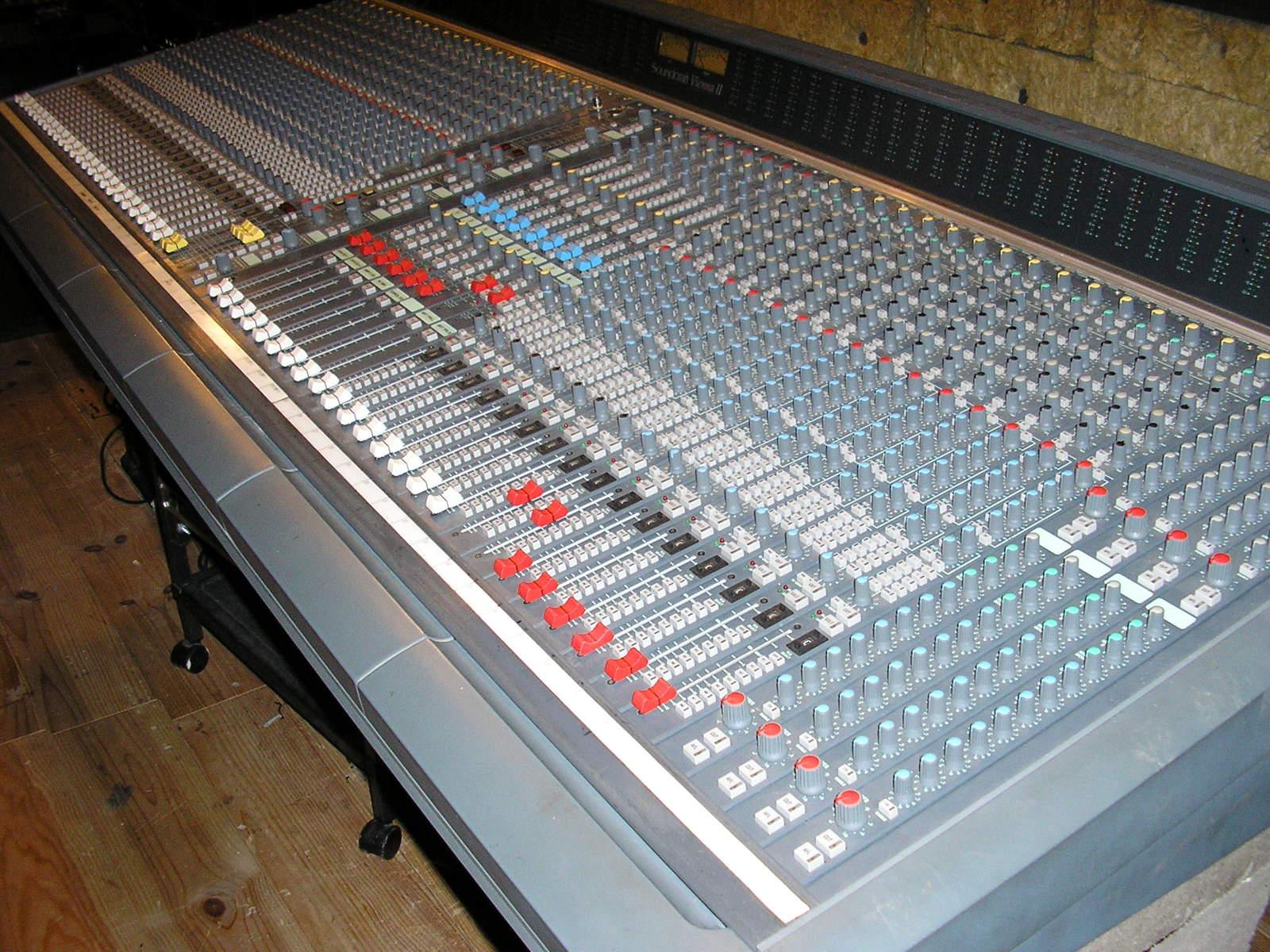 Photo soundcraft vienna ii soundcraft vienna 2 40 channel 169520 audiofanzine - Console analogique occasion ...