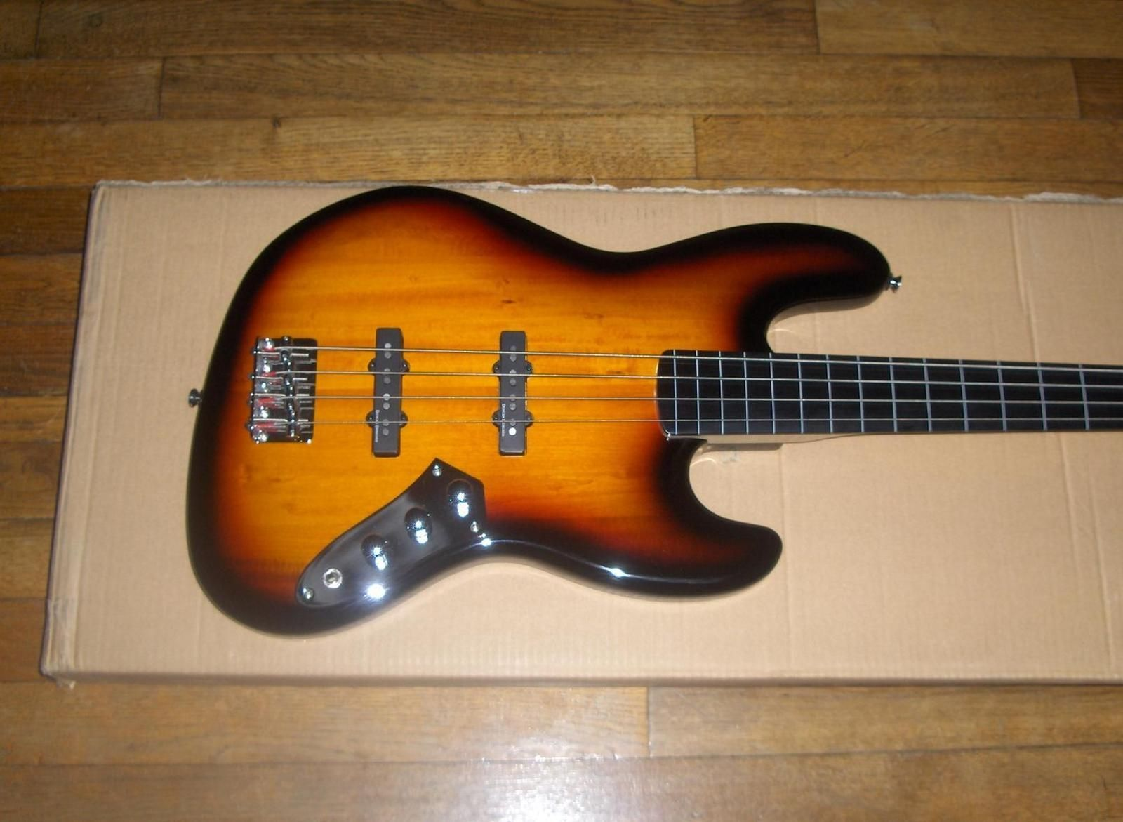 Squier: Vintage Modified Jazz Bass Fretless Reviews
