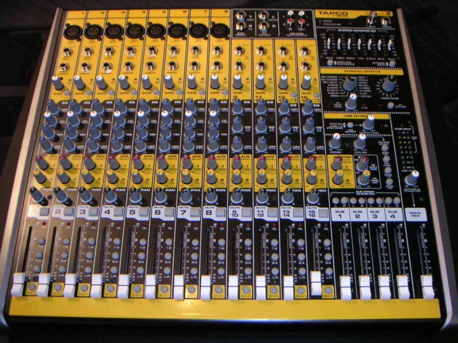Photo tables de mixage tout en jaune et noir les - Table de mixage en ligne gratuit ...