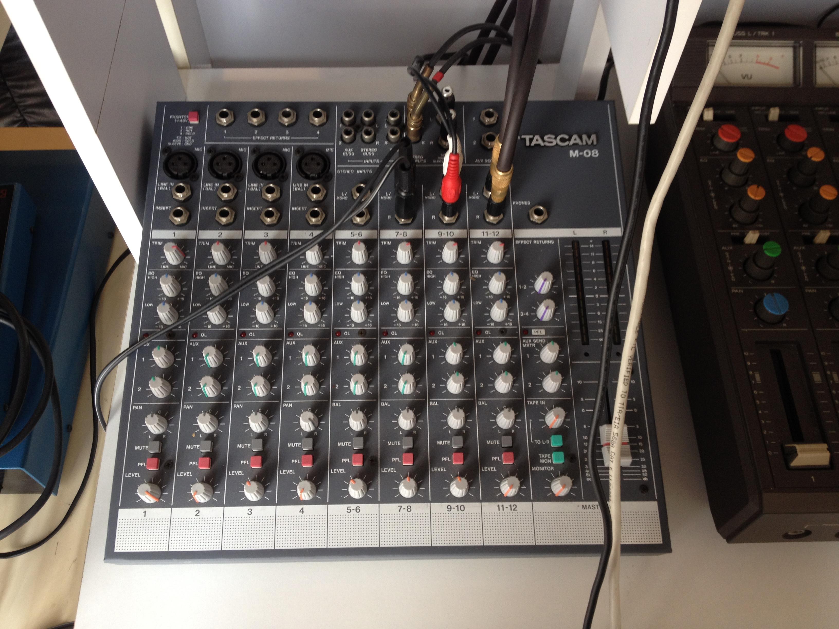 table de mixage tascam m-08