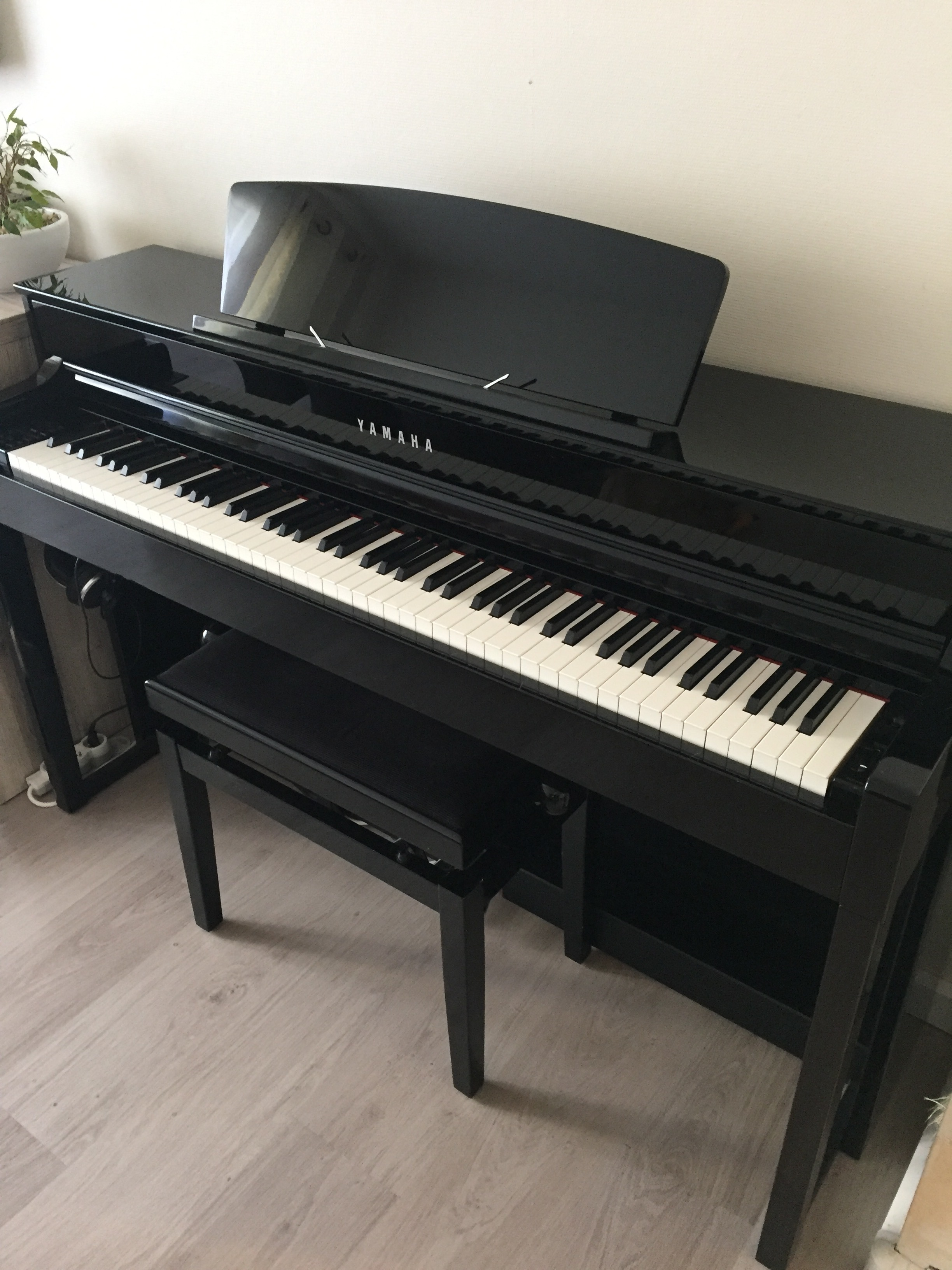 vends le piano num rique de la marque yamaha clp 545 ile. Black Bedroom Furniture Sets. Home Design Ideas