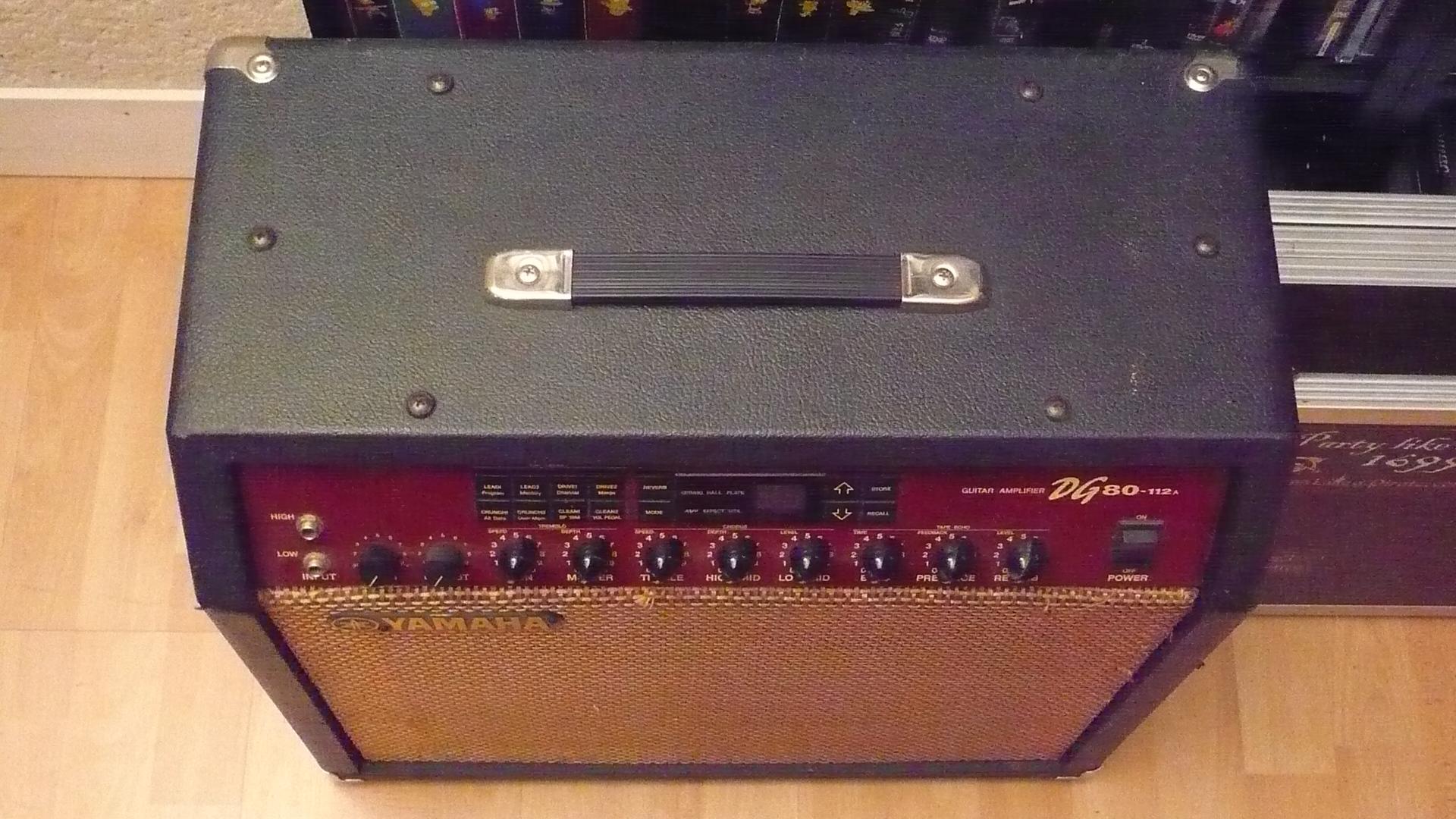 vends ampli guitare yamaha dg 80 1x12 cab ile de france. Black Bedroom Furniture Sets. Home Design Ideas