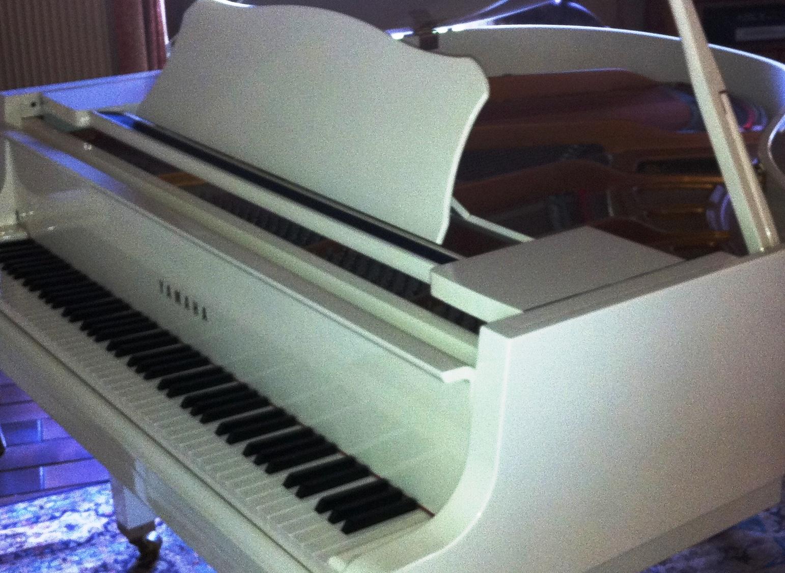 photo yamaha gh1 yamaha piano 1 4 de queue type gh1 blanc 642540 audiofanzine. Black Bedroom Furniture Sets. Home Design Ideas