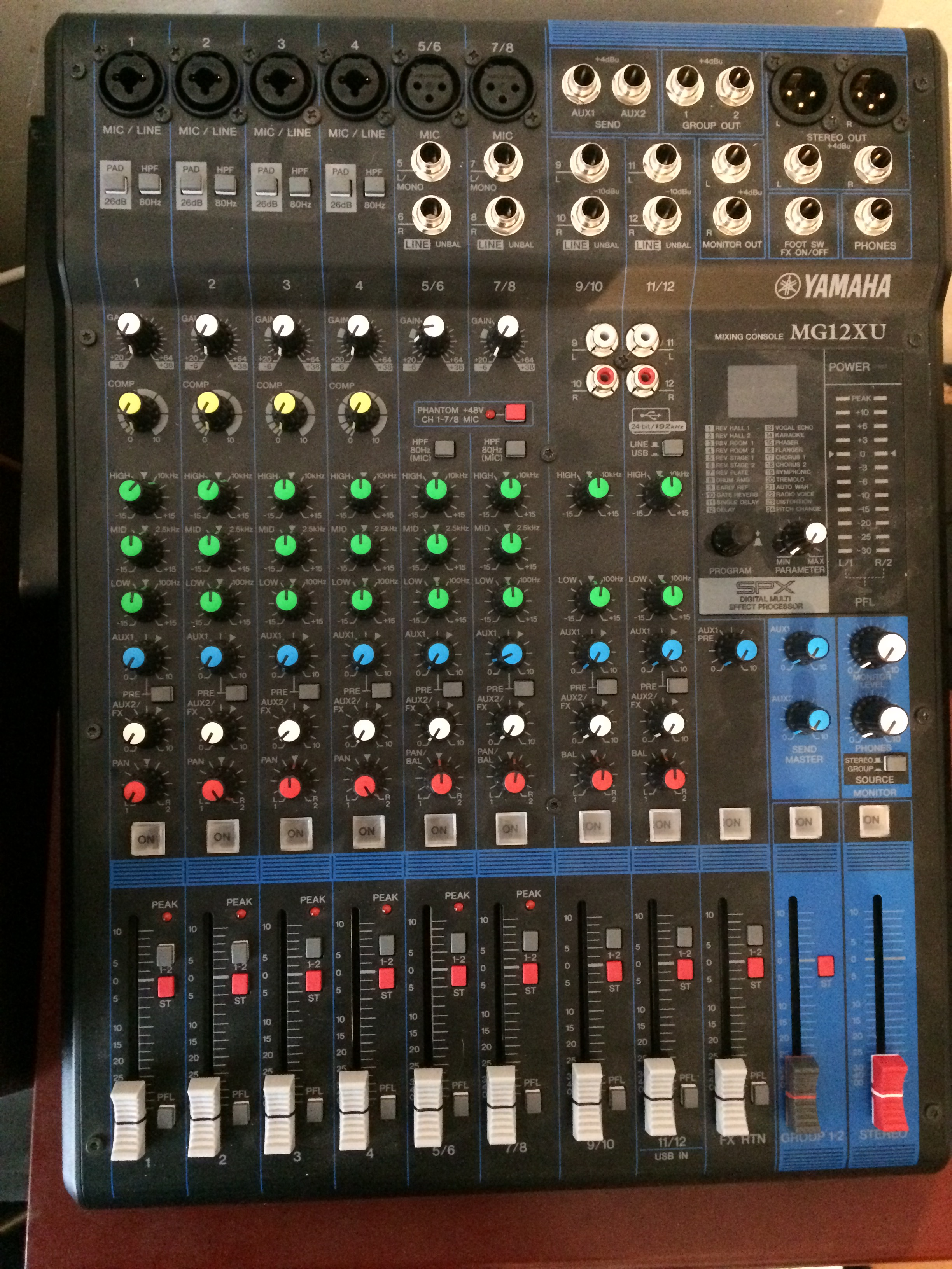 vend table de mixage yamaha mg12 xu (4 mono + 4 stéréo + tranche