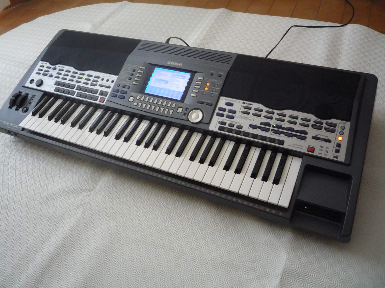 Yamaha psr 9000 image 1441578 audiofanzine for Yamaha professional keyboard price