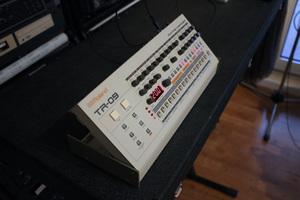 Roland TR-09 : left