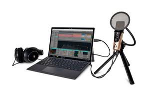 Apogee-HypeMiC-SurfacePro-Headphones-Live-Tripod-IMG_0028_1-1000