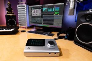 Apogee-SIO-Desktop-Lifestyle-01-9Y1A0351-2400