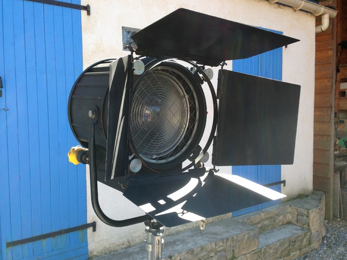 vend projecteur fresnel 2kw picardie audiofanzine. Black Bedroom Furniture Sets. Home Design Ideas
