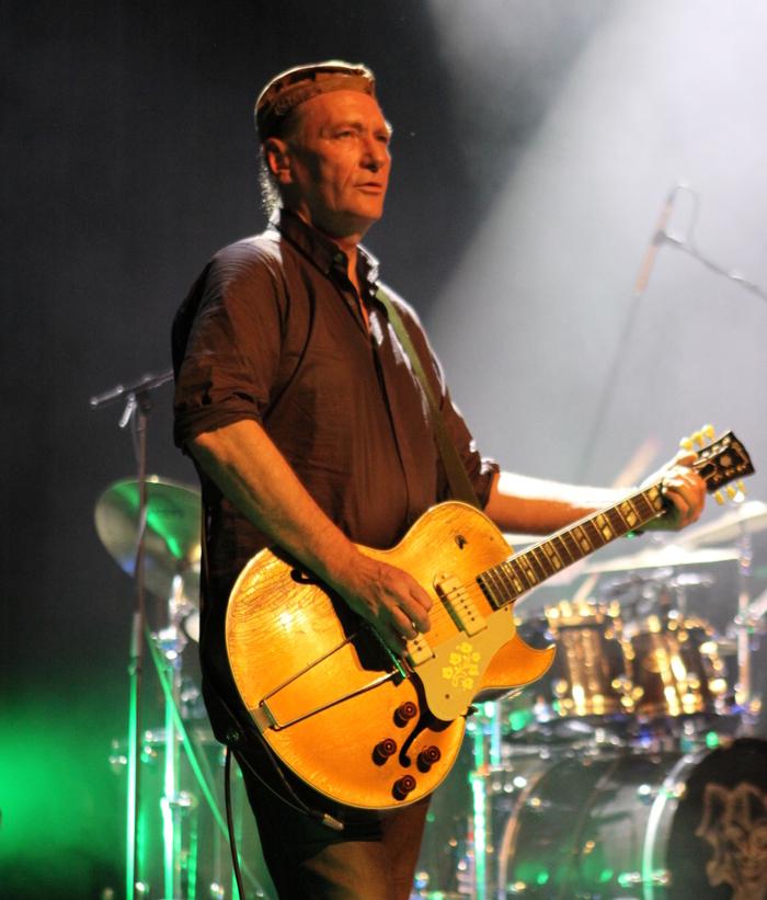 Geordie Walker onstage.JPG
