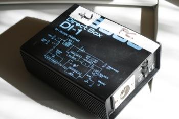 """Una caja directa (DI) es una pequeña caja que se utiliza para adaptar un nivel de linea no balanceado de alta impedancia a un nivel de micro balanceado de baja impedancia. De un punto de vista """"práctico"""" puro, una DI adapta una salida jack (nivel de linea) de un instrumento a una entrada XLR (nivel micro) de la mezcladora. Su utilización en concierto es esencial para limitar los riesgos de perturbaciones de la señal debidos a la gran longitud de los cables. En ensayo, se puede considerar de lujo..."""