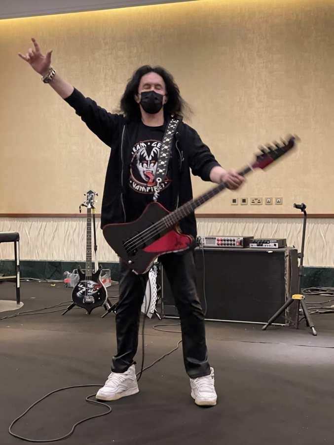 Gene-Simmons-with-his-new-Thundewrbird-bass