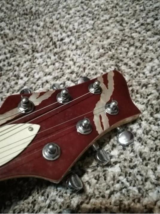 https://medias.audiofanzine.com/images/thumbs3/autres-guitares-electriques-solid-body-2903677.jpg