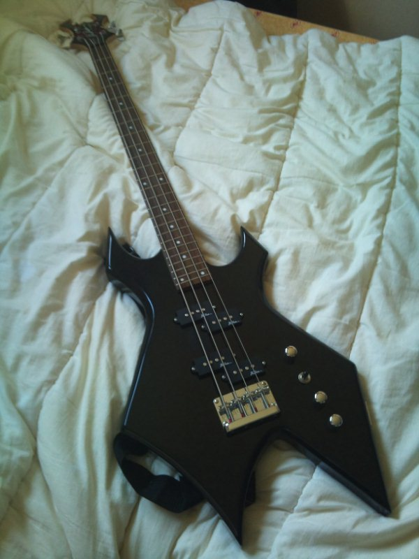 B_C_ Rich Platinum Warlock http://en.audiofanzine.com/electric-fretted-bass/b-c-rich/Platinum-Warlock-Bass-tete-Widow/medias/pictures/a.play,m.108611.html