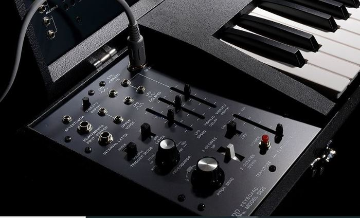 https://medias.audiofanzine.com/images/thumbs3/behringer-2600-2907030.jpg