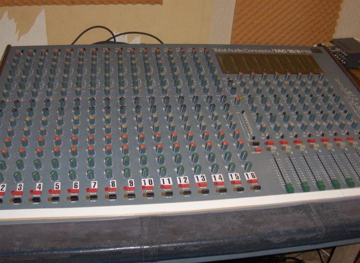 https://medias.audiofanzine.com/images/thumbs3/consoles-analogiques-2606349.jpg