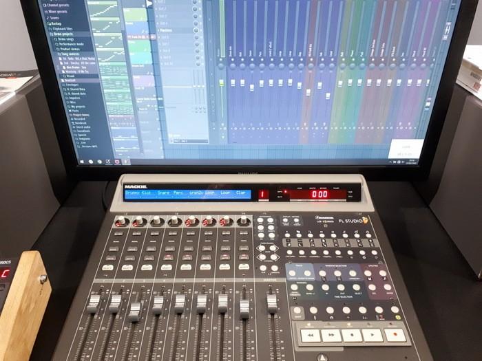 https://medias.audiofanzine.com/images/thumbs3/mackie-control-universal-2989291.jpg
