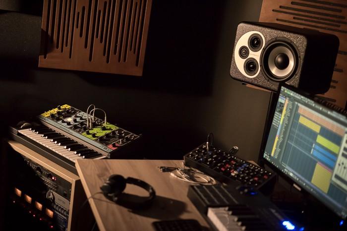 https://medias.audiofanzine.com/images/thumbs3/studio-home-studio-2733047.jpg