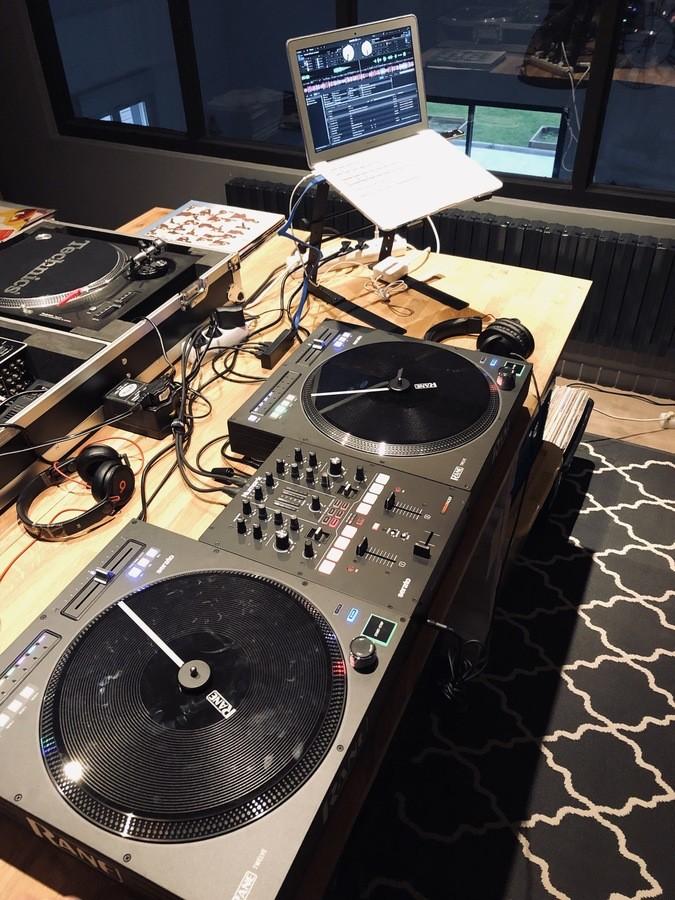 https://medias.audiofanzine.com/images/thumbs3/tables-de-mixage-dj-2659508.jpeg
