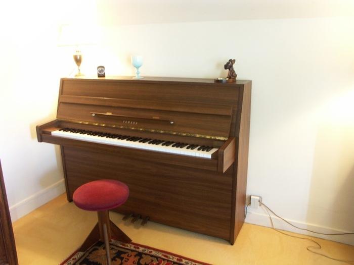 photo yamaha c108 yamaha piano droit c108 678616. Black Bedroom Furniture Sets. Home Design Ideas