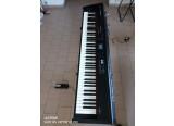 PIANO DE SCENE ROLAND RD300NX avec FLIGHT CASE THON